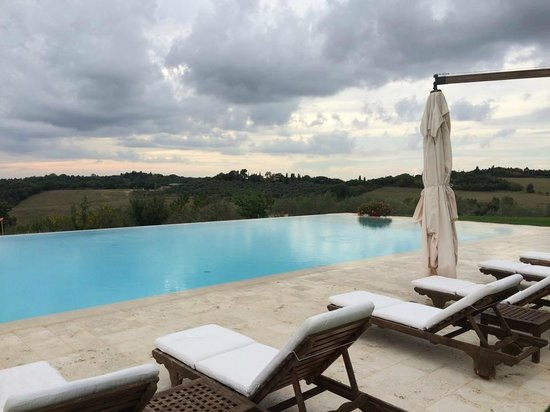 Podere Dionora: Infinity pool and view west