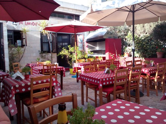 Imogen's Inn Taverna: outdoor courtyard