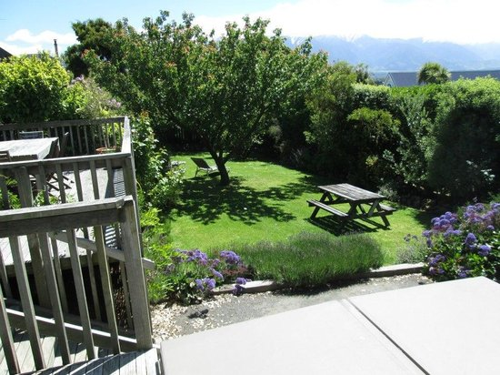 Dolphin Lodge Backpackers: Deck, garden, mountains and spa (still covered)