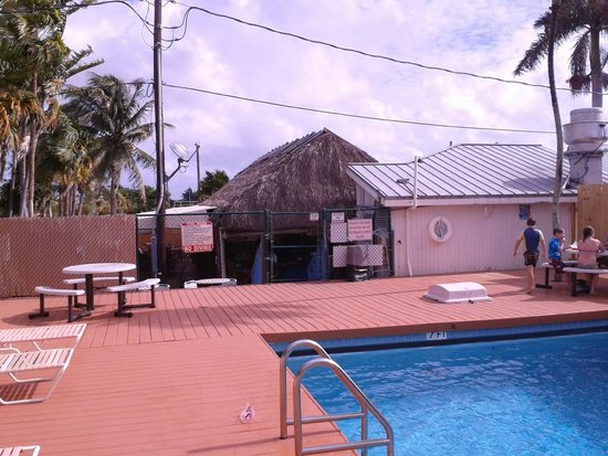 Looe Key Reef Resort: Tiki bar at end of pool