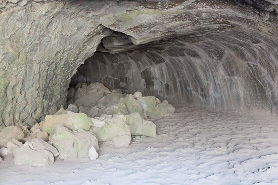 Hat Creek Subway Cave: Lava tube, rocks fallen from ceiling