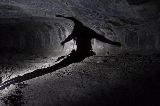 Old Station, Kalifornien: Shadow Painting in Lava Tube