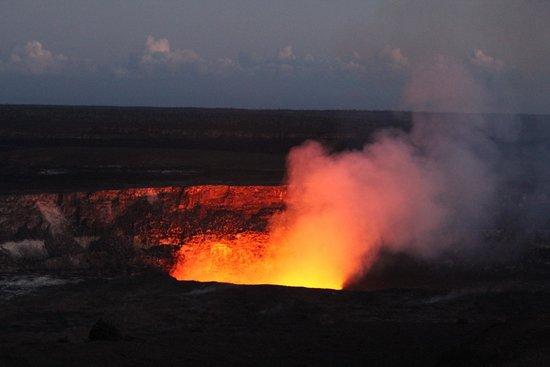 Holmes Sweet Home B&B: Kilauea in the sunset, Hilo