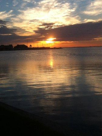 PG Waterfront Hotel & Suites: Sunset vanuit het park