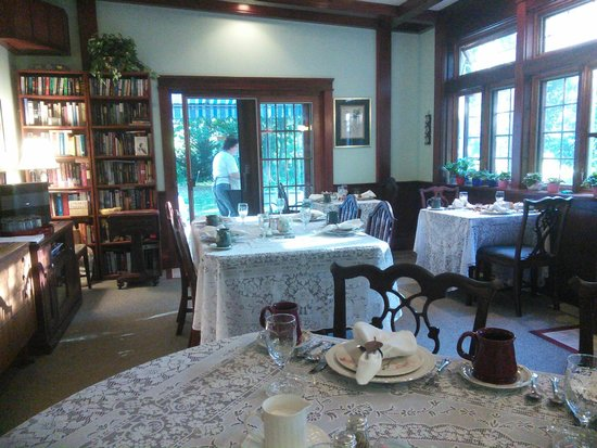 Isaiah Jones Homestead Bed & Breakfast: Dining and good company
