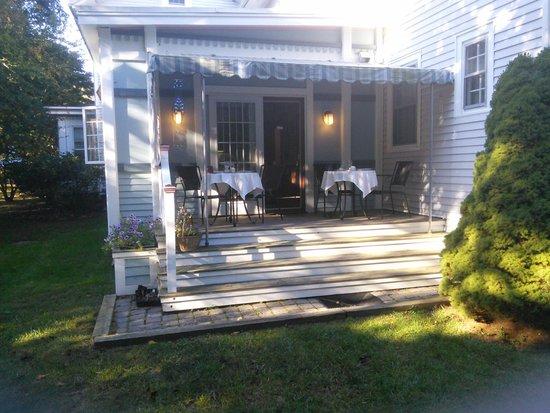 Isaiah Jones Homestead Bed & Breakfast: Breakfast with the birds