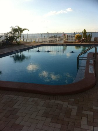PG Waterfront Hotel & Suites: Pool area