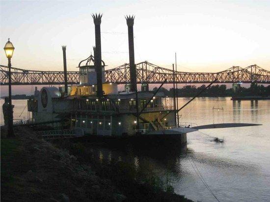Natchez, MS: the paddle steamer & the bridge