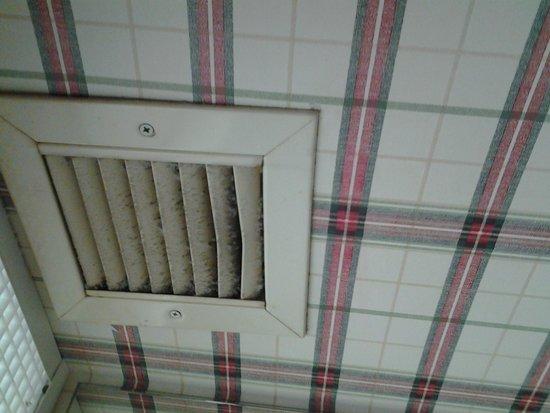 Hampton Inn Mount Airy: Dusty exhaust fan vent