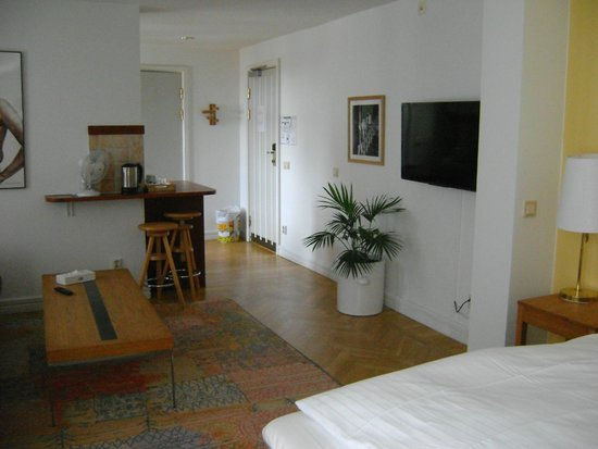Hotel Duxiana: Room 431 Living room, TV, into kitchen
