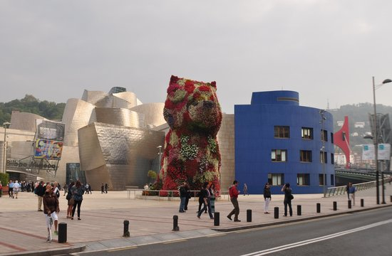 Bilbao Greeters Private Day Tours: Floral puppy at the Guggenheim