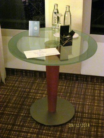 Hilton Nürnberg: We were greeted by some complimentary mineral water upon our arrival in our room.