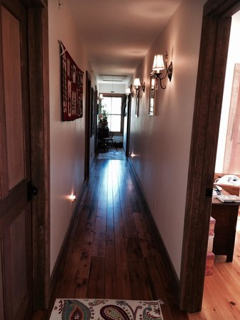 Chocolate Chip Bed and Breakfast: Bedroom hallway, most of the rooms are off this hallway, not a single noise complaint the whole