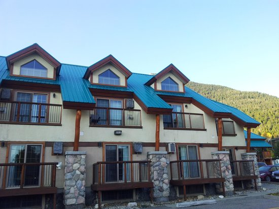 Waterton Glacier Suites : The back view of the hotel