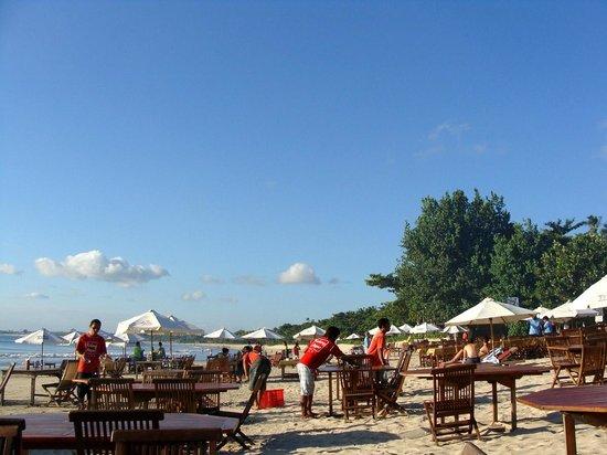 Kalang Anyar Restaurant: Pé na areia em Jimbaran