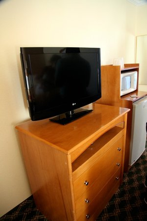Seaside Inn: TV set and dresser