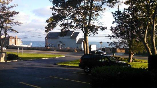 Ocean View Terrace Motel : Beach is across the street.