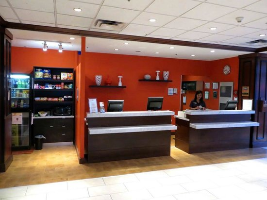 Courtyard Ottawa Downtown : Lobby with convenience market