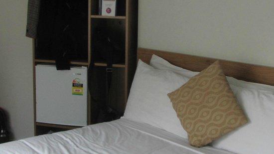 Ascotia off Queen : bed