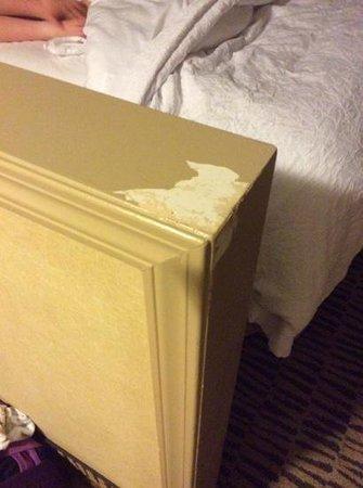 Hampton Inn by Hilton Kamloops: peeling paint