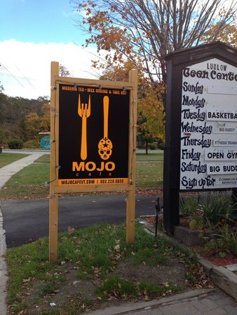 Mojo Cafe: Sign by the street