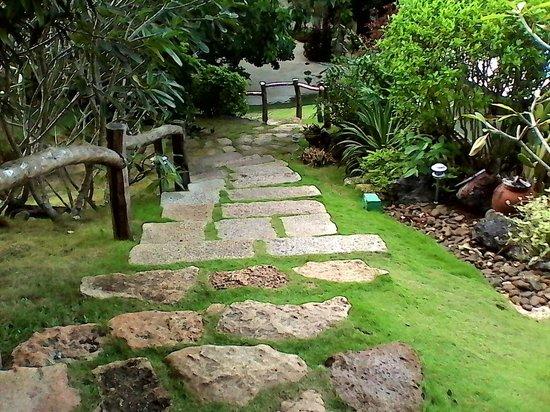 Amarela Resort: Foot path going to the beach