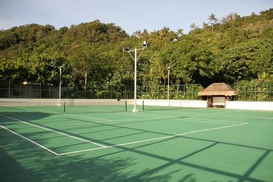 Shangri-La's Boracay Resort & Spa: Tennis court - You don't have to bring your gear with you.  Resort provides everything.