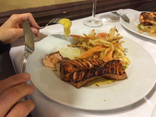 Restaurante Duque: Zalm met gefrituurde groenten.