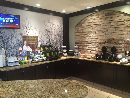 Staybridge Suites Fargo: Buffet area