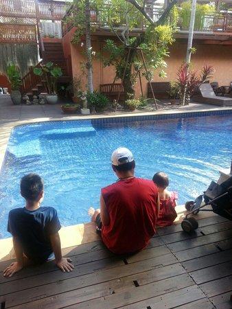 Baan U Sabai Boutique House: 아들이 너무 좋아한 수영장! 첫날은 2층에서 자고 다음 2일은 1층에서 잤는데 1층이 너 넓고 좋아요 방이 있으시면 1층에서 주무세요~