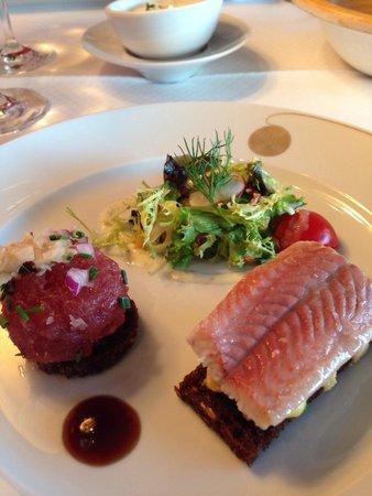 Fischereihafen-Restaurant: Thunfischtatar, geräucherter Aal auf Rührei, die Spezialität des Hauses!