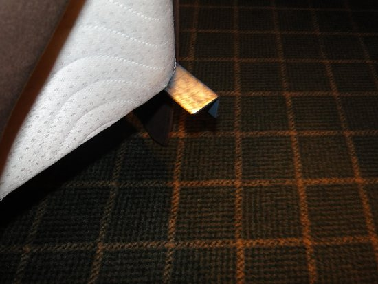 Rocky Mountain Park Inn: hardly any room to manouvere between bed and side side, of scrpping your leg on sharp objects,