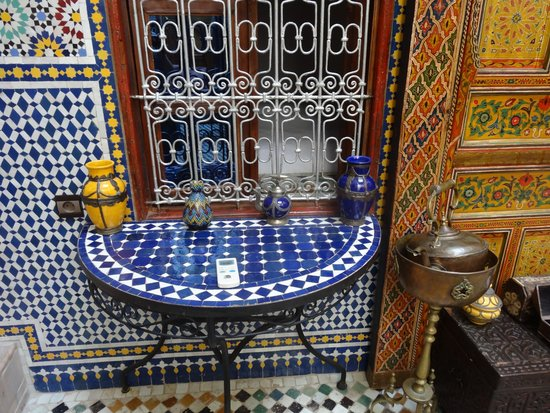 Riad Fes Aicha: Courtyard table