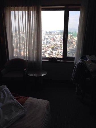Best Western Premier Gangnam: une petit table et la paysage par la fenêtre '708'