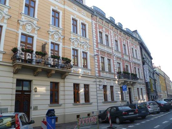Amber Hotel: Nice exterior!