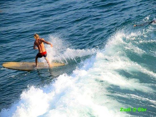 Batu Karas Beach: surfing di Batu karas