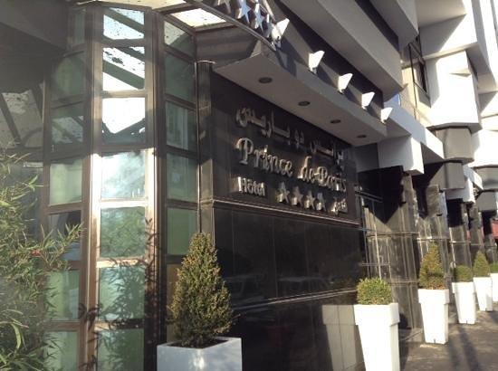 Hotel Prince de Paris : вход в отель