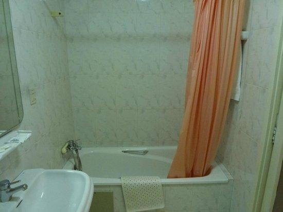 Vaste salle de bains avec baignoire fond plat id al for Baignoire fond plat