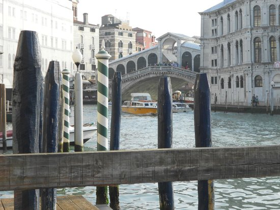 Lion Morosini Palace: The view of the Rialto Bridge from hotel jetty