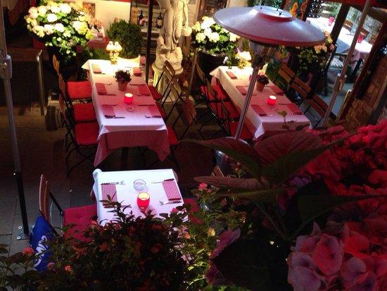 Katzen-Cafe: Стиль ресторана своеобразный: много красного, статуи, растения, при это прекрасное обслуживание: