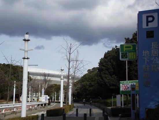 Osaka Nagai Stadium: 西出入口付近 (奥がスタジアム)