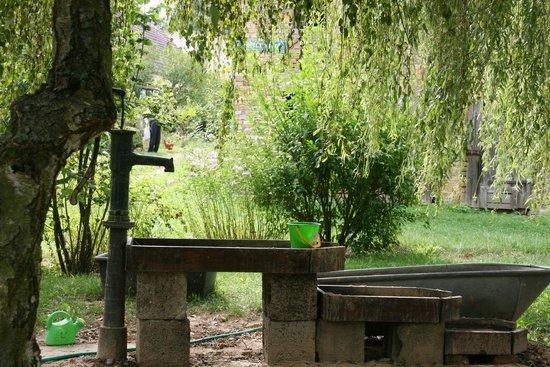 Gut Boltenhof: Sandkasten mit Wasserpumpe