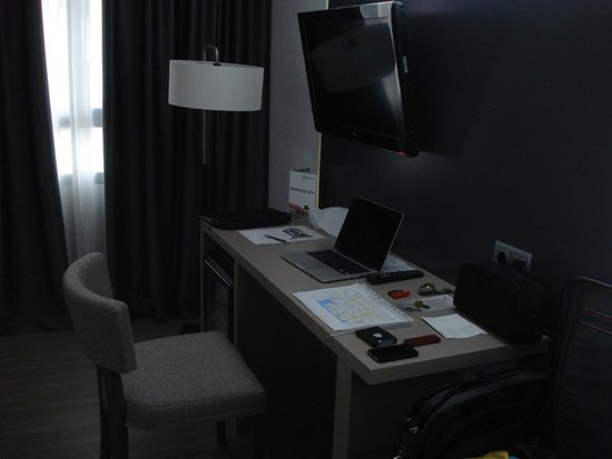 B&B Hotel Cartagena Cartagonova : The desk at the bedroom.