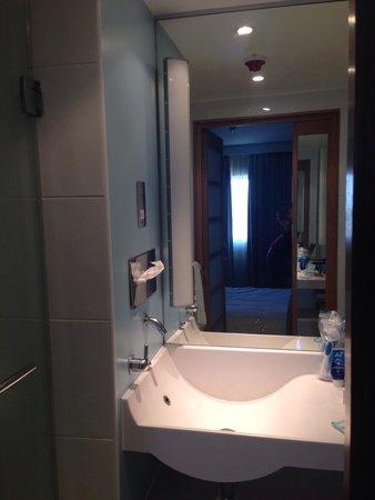 stanza con doccia, lavandino e vasca attaccata al lavandino.minuscola! - Bild från Novotel ...