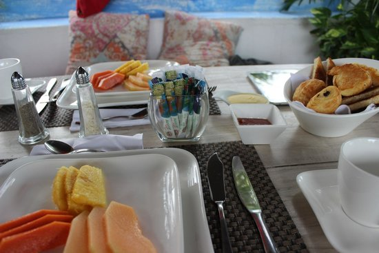 La Passion Hotel Lounge : Breakfast by the pool - first course fresh fruits & pastries