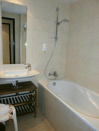 Hotel Roissy: Bathroom with bath tub