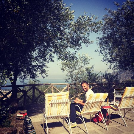 Casa Mazzola B&B: Enjoying our last hours of sun! Great view, under the olive tree!
