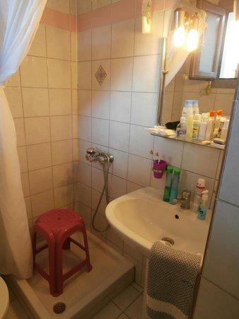 Alkioni Hotel : de douche en wastafel