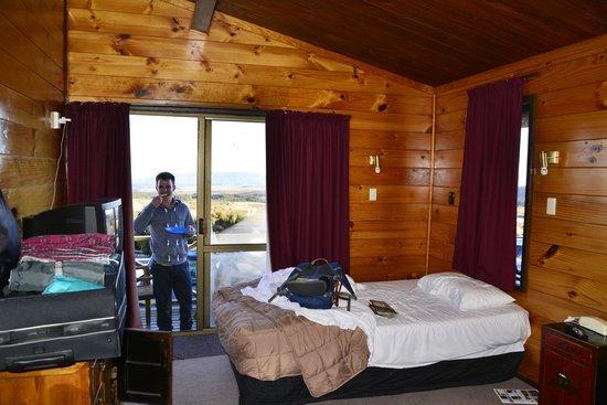 Skotel Alpine Resort: Blick durch das Zimmer in Richtung Balkon