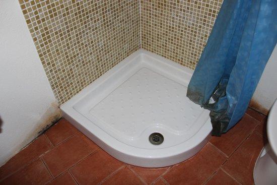 B&B Il Lupo Rosso: muffa in bagno e tendina lurida